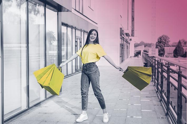 mulher-segurando-sacolas
